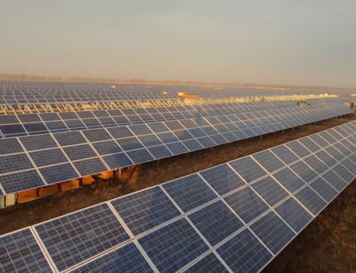 Paneles instalados en una planta solar fotovoltaica