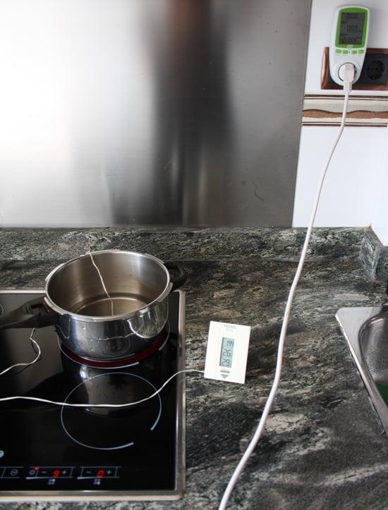 Olla en placa de inducción conectada a medidor de consumo Efergy