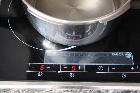 Placa de inducción con olla desplazada 5cm. No se ve energía perdiéndose por los laterales.