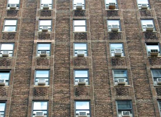 Edificio con equipos de ventana