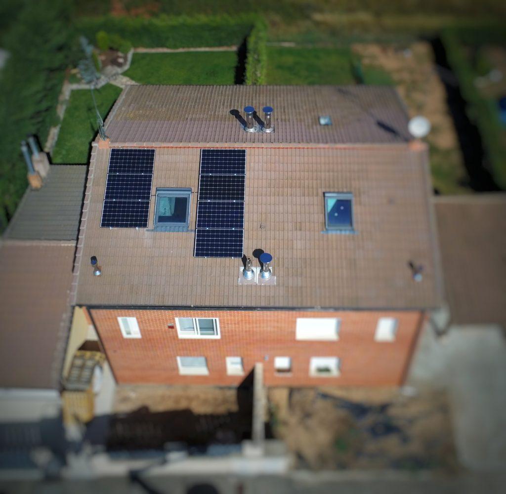 imagen con modulos fotovoltaicos en lo alto de un tejado