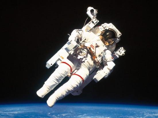 Astronauta con traje blanco