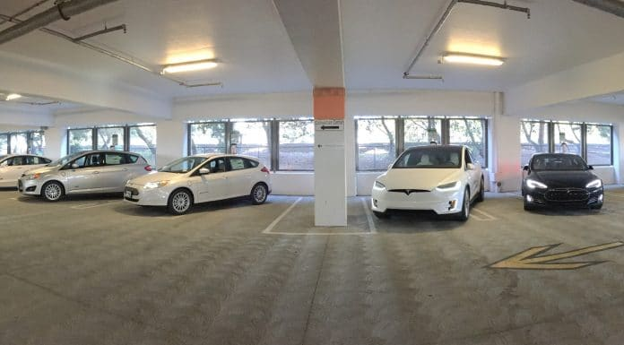 Cargar coche eléctrico en garaje comunitario
