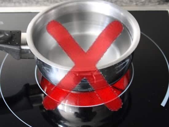 Cazo reflectante sobre vitrocerámica convencional. El cazo al ser reflectante no es capaz de absorber correctamente la radiación infrarroja.