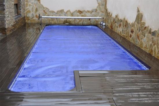 cobertor en piscina climatizada