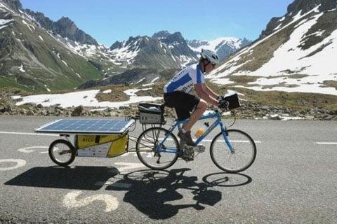Florian Bailly en su bicicleta eléctrica solar