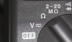 símbolo del ohm un un multímetro digital