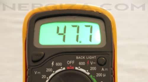 midiendo ultrafire con multímetro