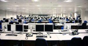 oficina con muchos ordenadores