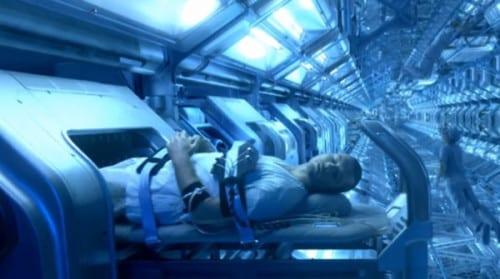 persona saliendo de hibernacion en pelicula futurista