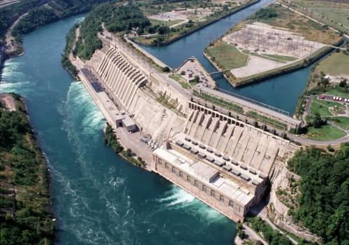 Presa del Niágara (Canadá) que almacena poca agua pero produce mucha electricidad debido al desnivel.