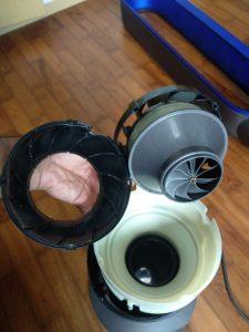 turbina oculta en la base del ventilador
